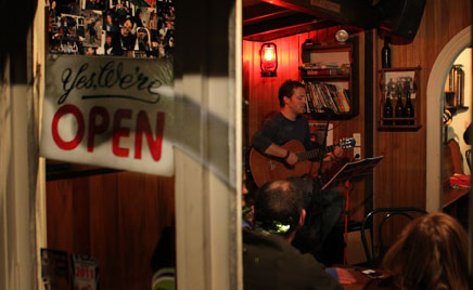 Live music playing at the Redcliff in Te Anau